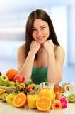 Jeune femme prenant le petit déjeuner Photo libre de droits