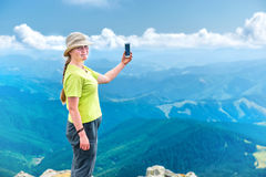 Jeune femme prenant le selfie sur le smartphon Photos stock