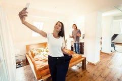 Jeune femme prenant Selfie montrant la perte de poids Image stock