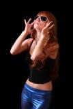 Jeune femme principal rouge avec des lunettes de soleil sur le noir Photographie stock libre de droits