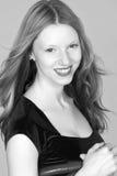 Jeune femme principal rouge Headshot de sourire image stock