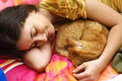 Jeune femme protégeant le chat blessé Photo libre de droits