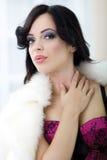 Jeune femme provocatrice avec la fourrure blanche autour de sa pose de cou Images libres de droits