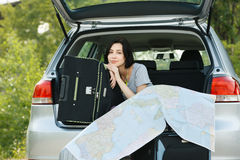 Jeune femme prêt pour le voyage par la route Images stock