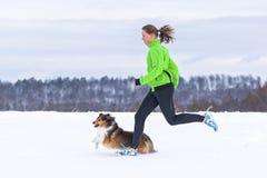 Jeune femme pulsant avec un chien image stock
