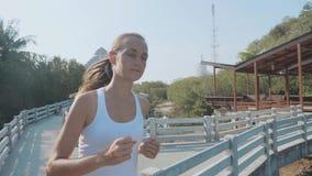 Jeune femme pulsant sur le chemin forestier de palétuviers Steadicam a tiré dans le mouvement lent banque de vidéos