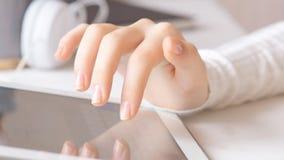 Jeune femme qui est PC d'écran de tablette tactile