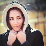 Jeune femme réfléchie dans le capot Photos libres de droits