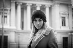 jeune femme réfléchie sur la rue Image libre de droits