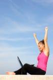 Jeune femme réussi avec son ordinateur portatif Photo stock