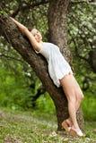 Jeune femme rêvant à l'extérieur Photos libres de droits