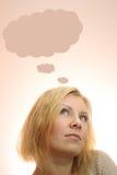 jeune femme rêvant avec des bulles de pensée photos libres de droits