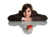 Jeune femme rêvant avec la nouvelle maison Photo libre de droits