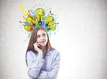 Jeune femme rêveuse dans une chemise bleue, idées images libres de droits