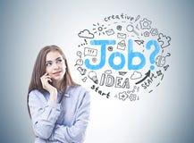 Jeune femme rêveuse dans une chemise bleue, recherche d'emploi images stock