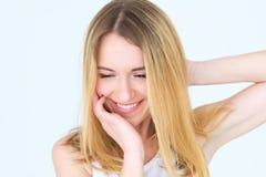 Jeune femme rêveuse de contenu de visage d'émotion belle photos libres de droits