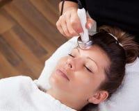 Jeune femme recevant la thérapie de laser Photo stock