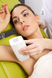 Jeune femme recevant la thérapie de laser image libre de droits
