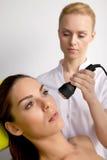Jeune femme recevant la thérapie de laser photos libres de droits