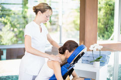 Jeune femme recevant le massage d'épaule Image stock