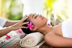 Jeune femme recevant le massage de Balinese de récréation Images stock