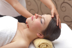 Jeune femme recevant le massage principal Photo stock