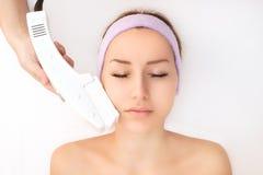 Jeune femme recevant le traitement de laser d'epilation Photo stock