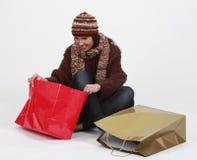 Jeune femme recherchant des cadeaux Images libres de droits