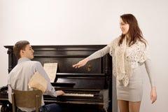 Jeune femme reconnaissant le pianiste Photographie stock libre de droits