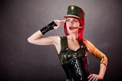 Jeune femme rectifié dans le latex militaire de type Images stock
