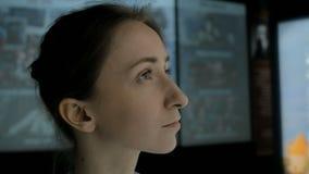 Jeune femme regardant autour dans le mus?e historique moderne banque de vidéos
