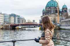 Jeune femme regardant Berlin Cathedral Photo stock
