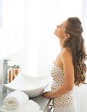 Jeune femme regardant dans le miroir Photos stock