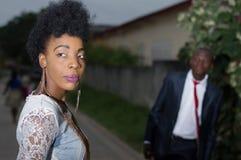 Jeune femme regardant en arrière et admiré par son homme Photographie stock