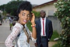 Jeune femme regardant en arrière et admiré par son homme Images libres de droits