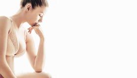 Jeune femme regardant fatigué d'isolement sur le fond blanc photos stock