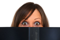 Jeune femme regardant fixement des documents Images stock