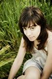 Jeune femme regardant fixement l'appareil-photo Photo stock