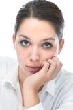 Jeune femme regardant l'appareil-photo photographie stock libre de droits