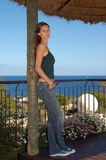 Jeune femme regardant l'appareil-photo - vue d'océan - modèle Images libres de droits