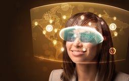Jeune femme regardant la carte du réseau sociale futuriste Images libres de droits