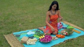 Jeune femme regardant la guirlande dans la pelouse 4k banque de vidéos