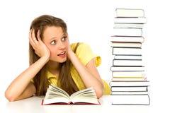 Jeune femme regardant la pile de livres Photos libres de droits
