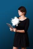 Jeune femme regardant la tablette moderne avec le nuage abstrait Images libres de droits