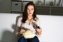 Jeune femme regardant la TV Photo libre de droits