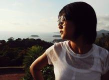 Jeune femme regardant la vue de mer Photos libres de droits