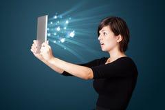 Jeune femme regardant le comprimé moderne Images stock