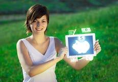 Jeune femme regardant le comprimé moderne avec la lumière et la variété abstraites Image stock