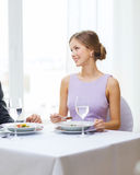 Jeune femme regardant le mari ou l'ami Photo libre de droits