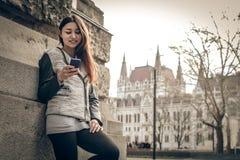 Jeune femme regardant le téléphone portable Images stock